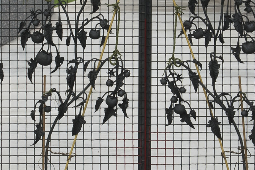 Kasia Fudakowski, L'appasionato, 2012, gate, wrought and painted iron, light, 185 h. x 532 w. x 24 d. cm, detail